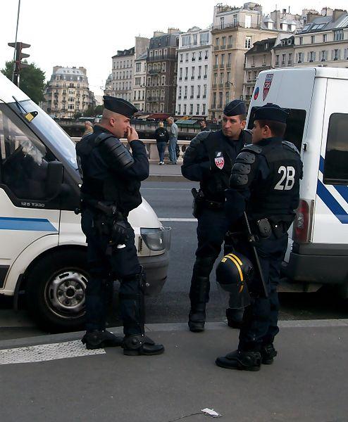 494px-CRS_en_tenue_anti-émeutes.JPG